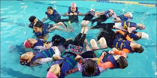 광주 학생들은 수영 중 2.jpg
