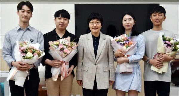 축하간담회(좌측부터 최성훈, 이종훈 홍성금 총장직무대리, 김예인, 김은성).jpg