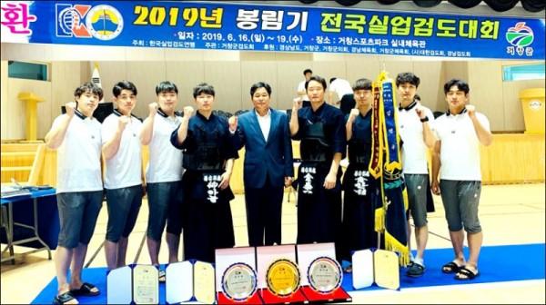 이광철감독(가운데)과 무안군청 검도팀.jpg