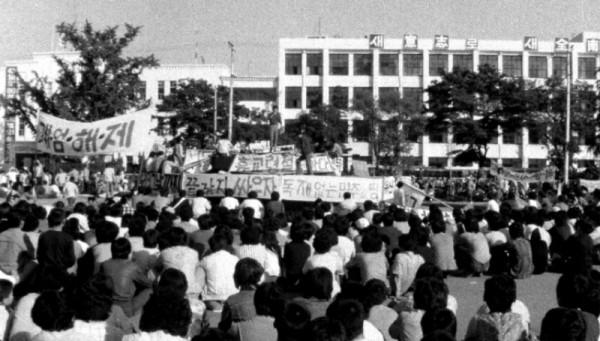 5,18 당시 분수대 앞 평화로운 시위 모습.jpg